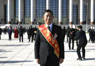 记全国劳动模范花溪农商银行 党委书记、董事长吴勇